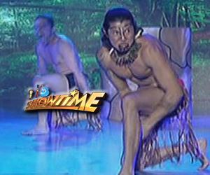Manuel Chua napasabak sa intense na Haka dance performance sa It's Showtime Clash of Celebrities Image Thumbnail